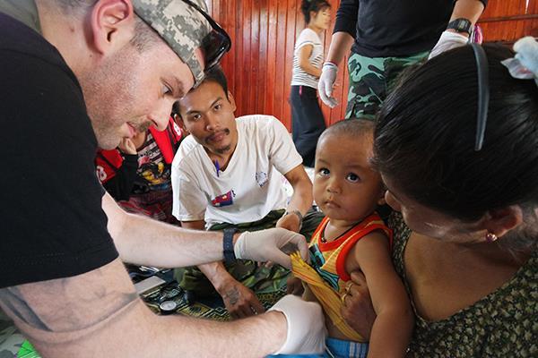 medici volontari di Popoli che visitano nei villaggi della jungla
