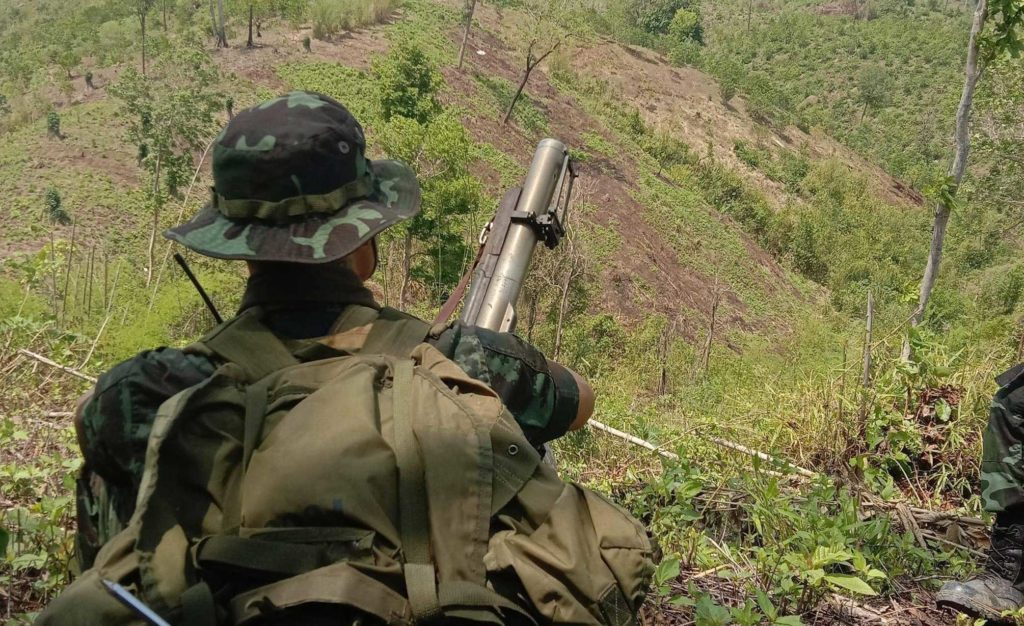 soldato-karen-davanti-alla-foresta